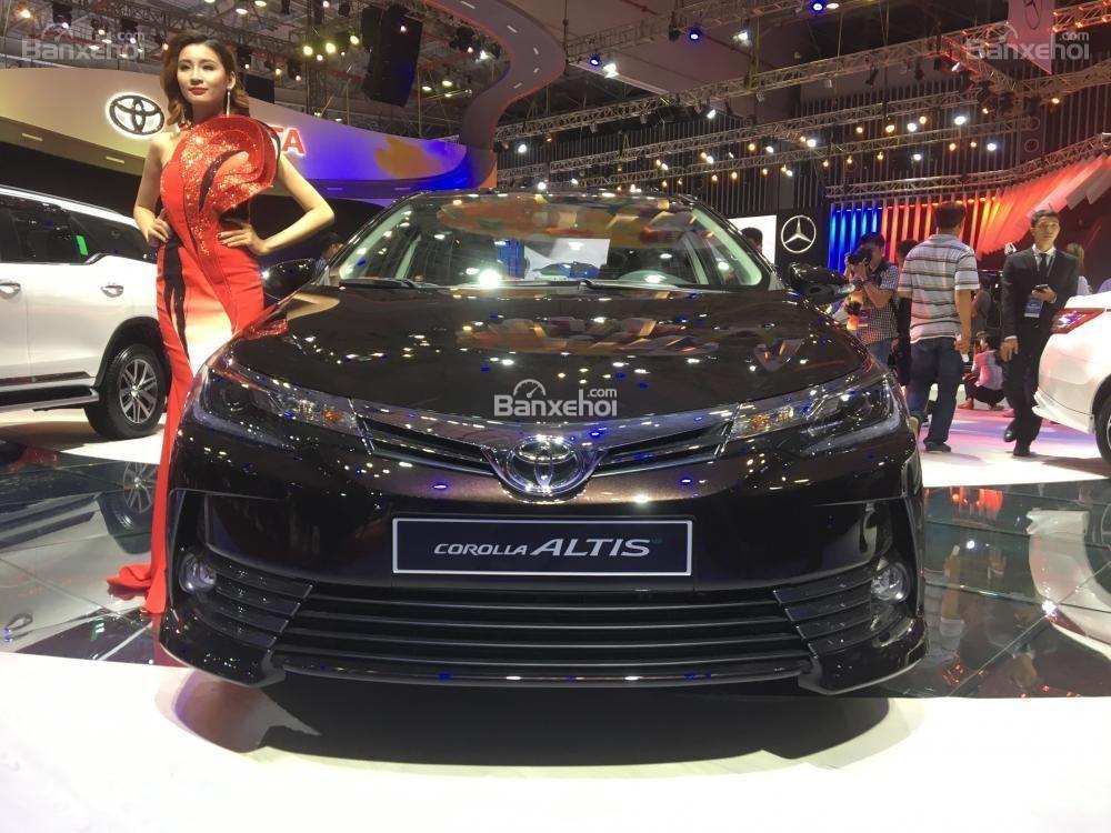 Đánh giá xe Toyota Corolla Altis 2017: Đầu xe nhìn trực diện có nét tương đồng Camry.