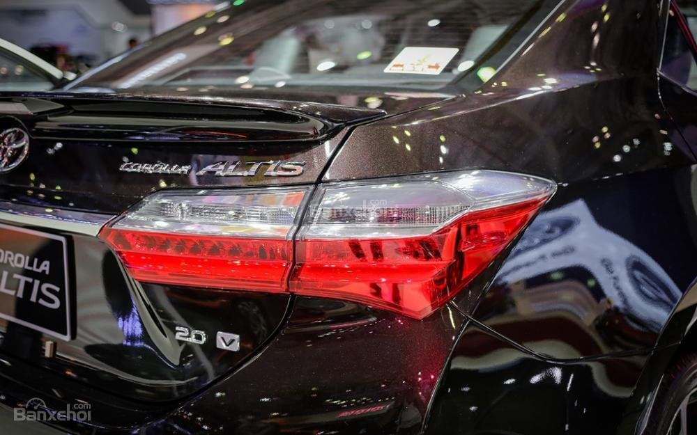 Đánh giá xe Toyota Corolla Altis 2017: Đèn hậu LED.