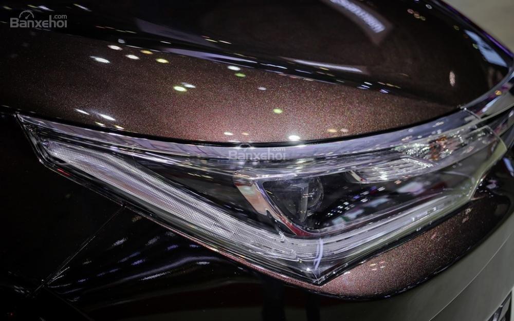 Đánh giá xe Toyota Corolla Altis 2017: Đèn pha LED.