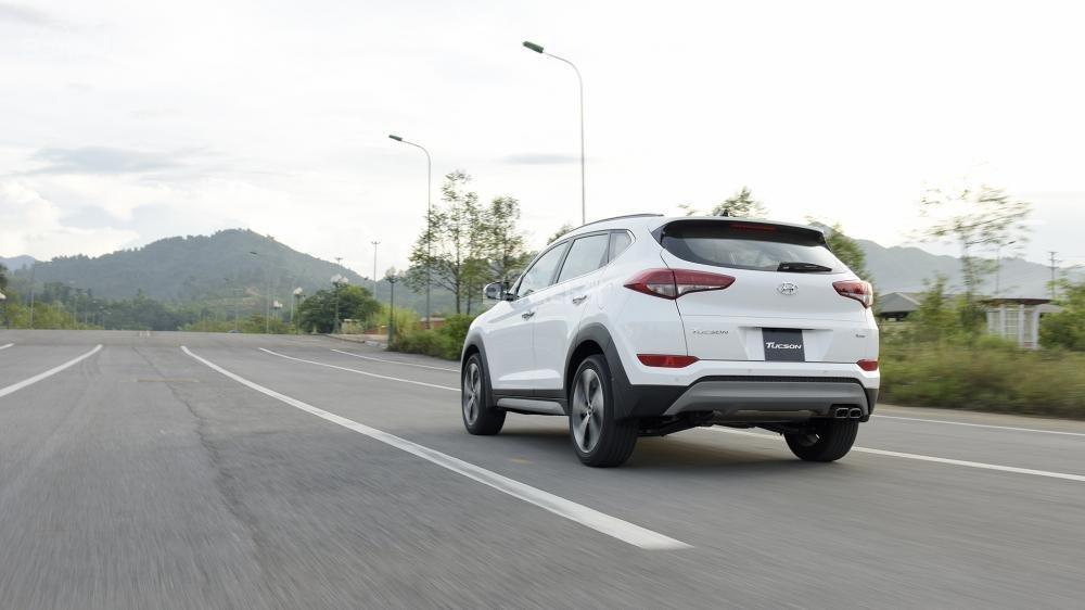Ảnh chụp Hyundai Tucson màu trắng chụp từ phía sau