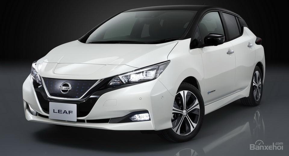 ô tô Nissan 2018 màu trắng góc 3/4 thứ 1
