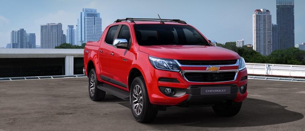 Chevrolet Colorado màu đỏ chụp từ phía trước