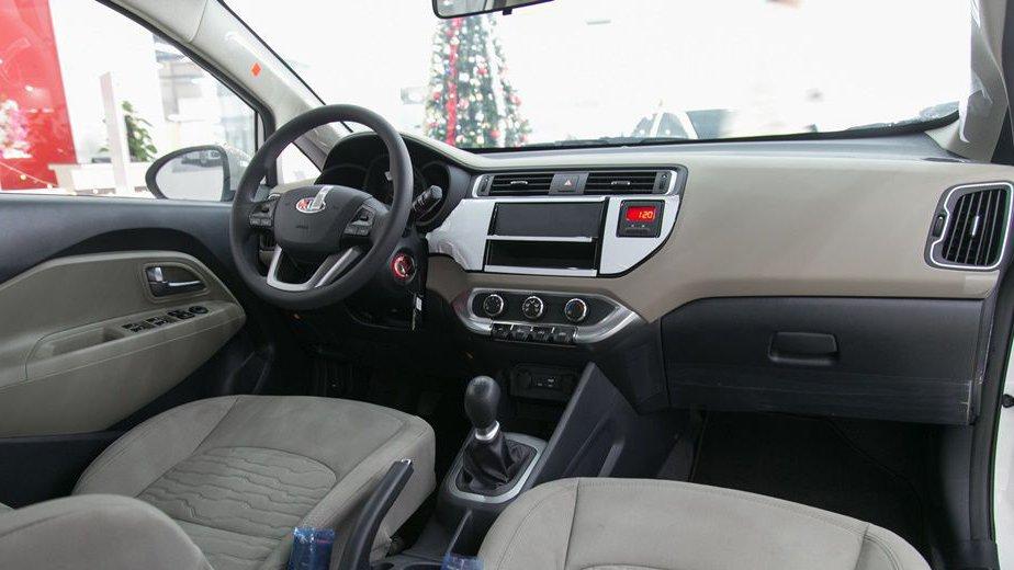 So sánh xe Honda City và Kia Rio về táp-lô: Kia Rio hướng đến tính thực dụng.
