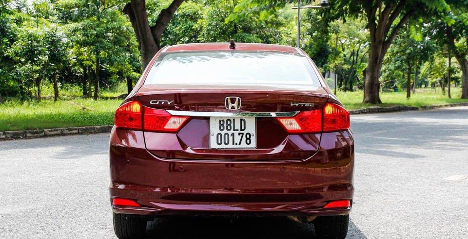 So sánh xe Honda City và Kia Rio về đuôi xe: Honda City sử dụng bóng halogen.