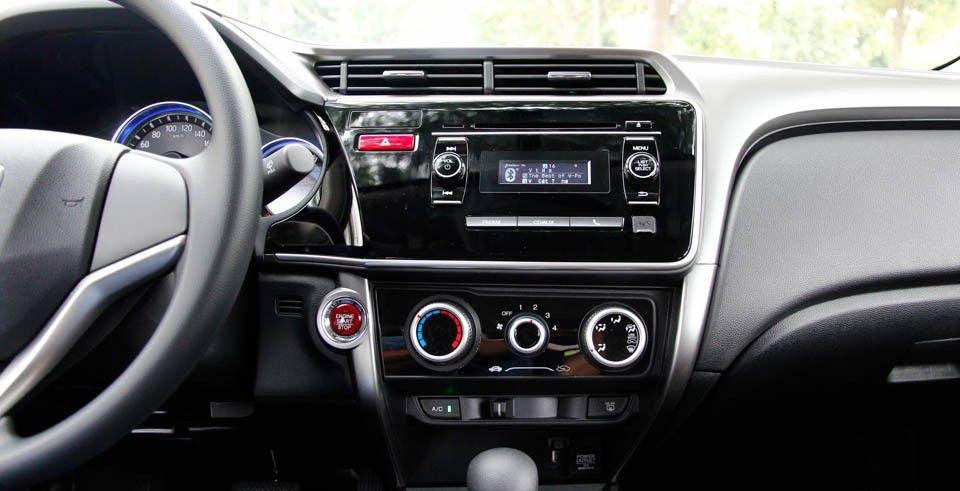 So sánh xe Honda City và Kia Rio về đồng hồ lái.