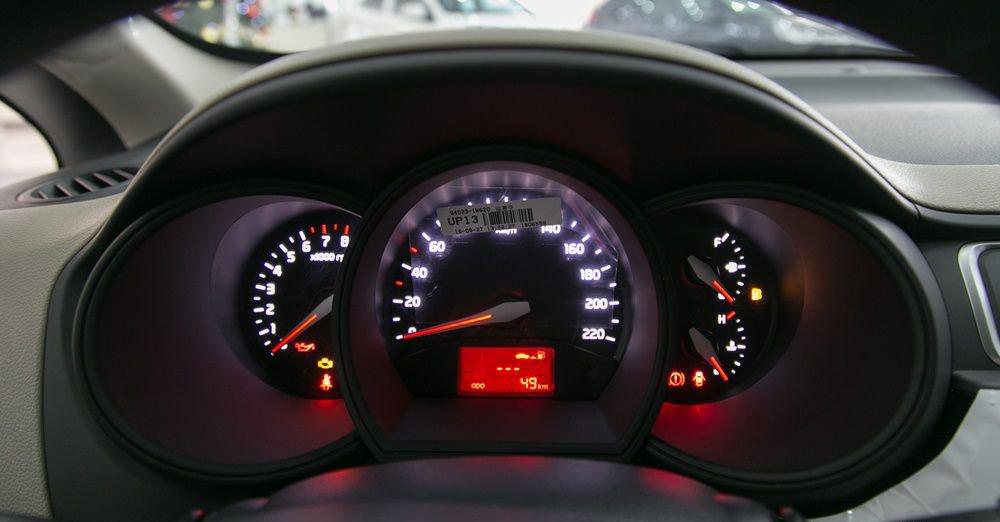 So sánh xe Honda City và Kia Rio về đồng hồ lái 4