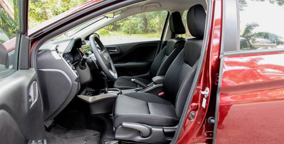 So sánh xe Honda City và Kia Rio về ghế xe: Honda City có khuyết điểm khá lớn là dùng ghế nỉ.