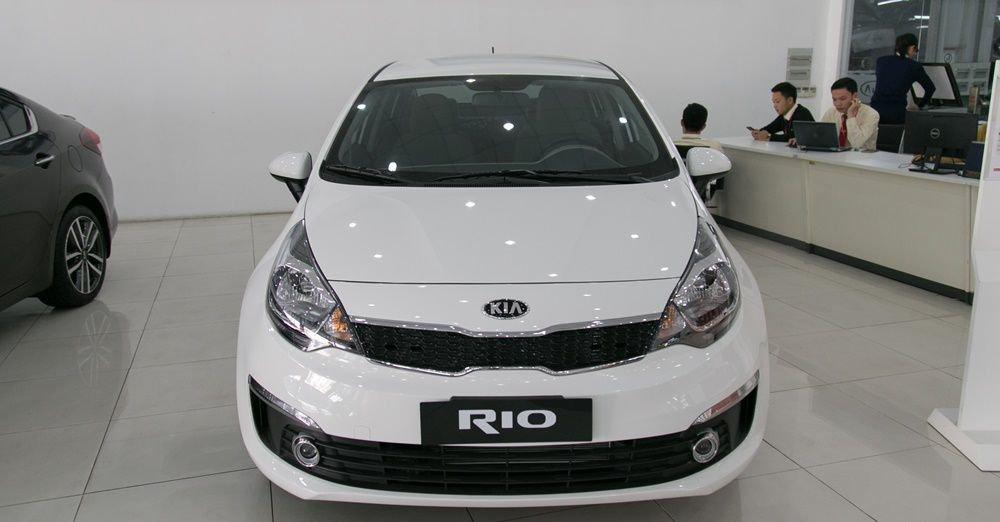 So sánh xe Honda City và Kia Rio về đầu xe: Kia Rio với nhiều đường bo tròn nhẹ nhàng.