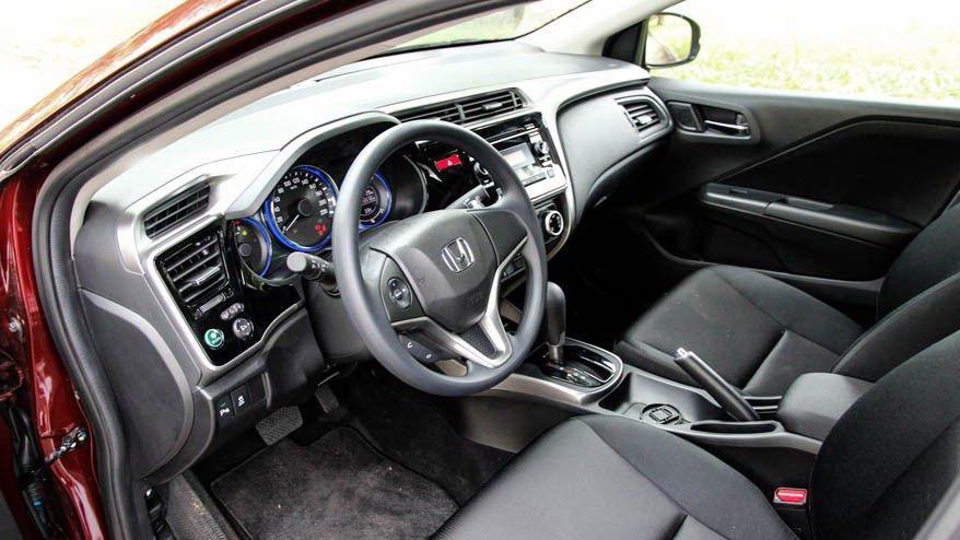 So sánh xe Honda City và Kia Rio về táp-lô: Honda City được thiết kế khá phong cách.