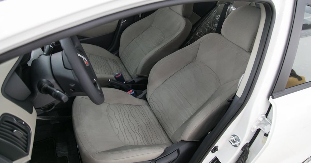 So sánh xe Honda City và Kia Rio về ghế xe: Kia Rio dù trang bị ghế da nhưng hơi thiếu tiện nghi.