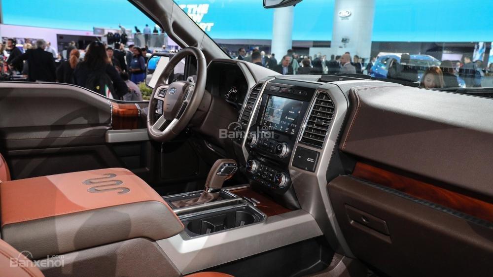 Đánh giá xe Ford F-150 2018 về bảng điều khiển trung tâm.