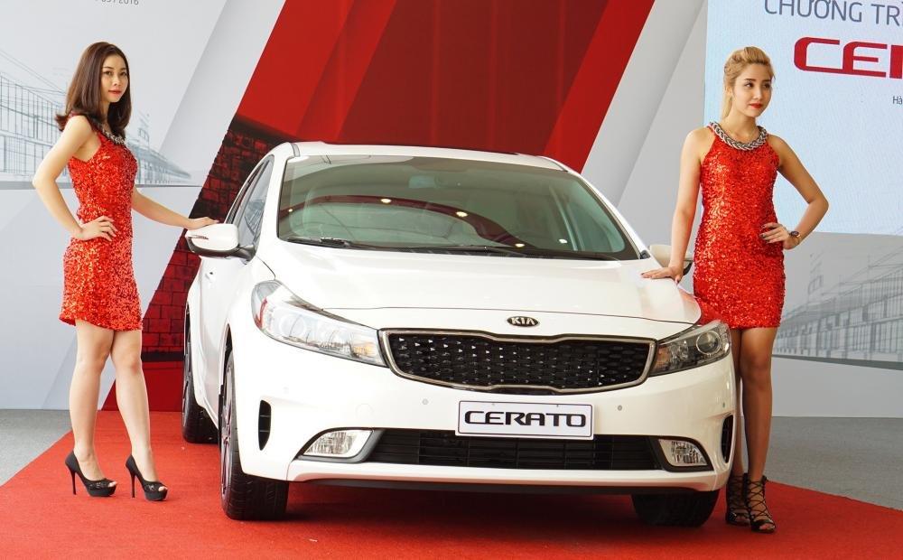 Kia Cerato màu trắng chụp từ phía trước