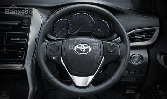 Đánh giá xe Toyota Yaris 2018: Vô lăng bọc da.