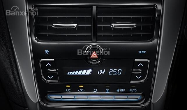 Đánh giá xe Toyota Yaris 2018: bảng điều khiển.