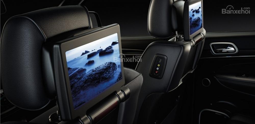 Đánh giá Jeep Grand Cherokee 2017: Hệ thống giải trí cho hàng ghế sau.