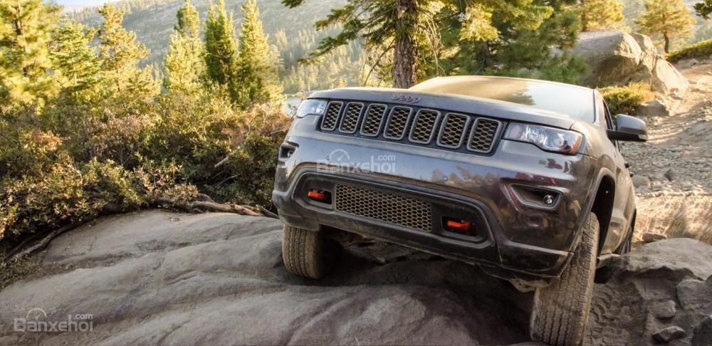 Jeep Grand Cherokee 2017 được đánh giá là SUV mang lại cảm giác lái tốt nhất so với các xe cùng đẳng cấp.