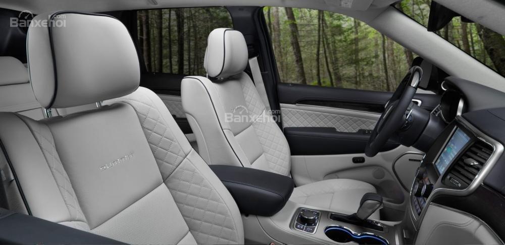 Đánh giá xe Jeep Grand Cherokee 2017: Không gian hàng ghế trước/sau rộng, thoáng a1