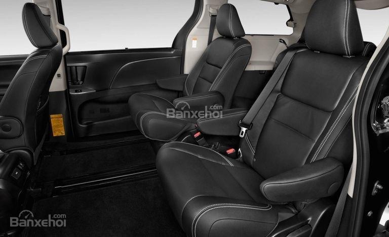 Toyota Sienta 2017 có hàng ghế thứ hai khó gập.