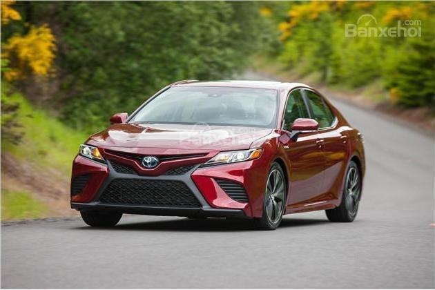 So sánh xe Toyota Camry 2018 và Honda Accord 2017 về trải nghiệm lái.