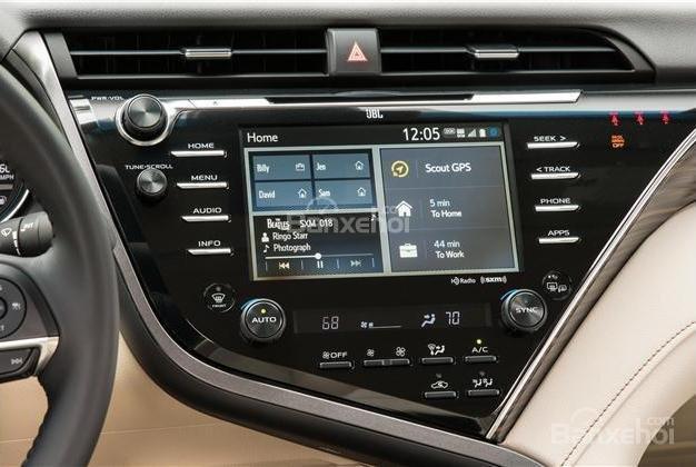 Toyota Camry 2018 có màn hình thông tin giải trí cảm ứng 7 inch rất nhạy .