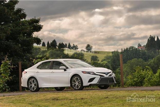 So sánh xe Toyota Camry 2018 và Honda Accord 2017 về khả năng tiết kiệm nhiên liệu .