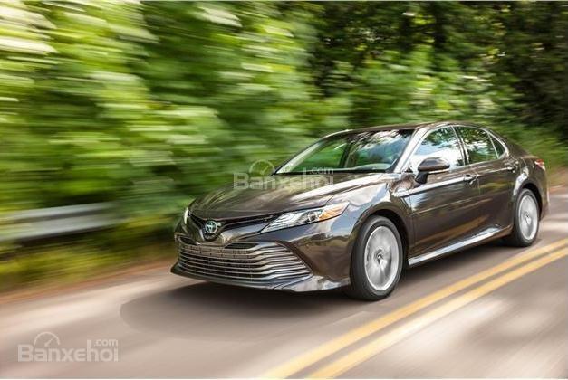 So sánh xe Toyota Camry 2018 và Honda Accord 2017 về khả năng tăng tốc.