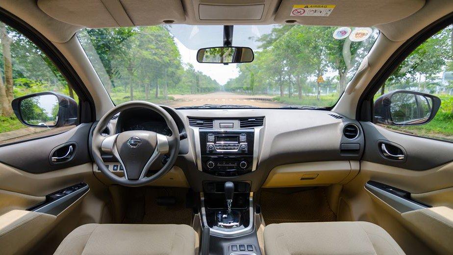 So sánh xe Nissan Navara và Mitsubishi Triton về nội thất: Triton vẫn dẫn trước 1