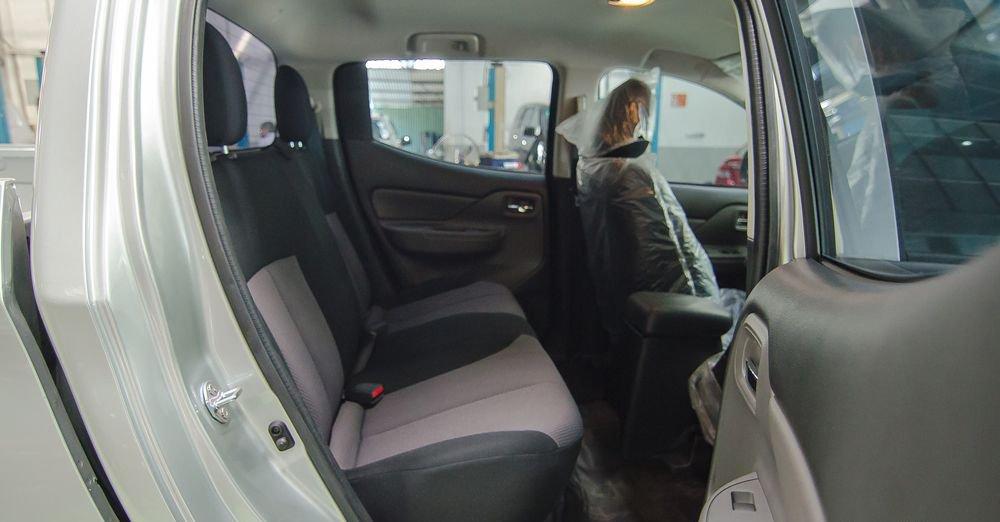So sánh xe Nissan Navara và Mitsubishi Triton về ghế ngồi 8