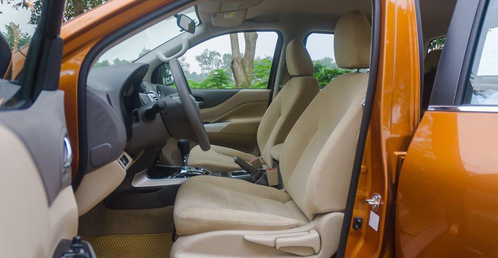So sánh xe Nissan Navara và Mitsubishi Triton về ghế ngồi.