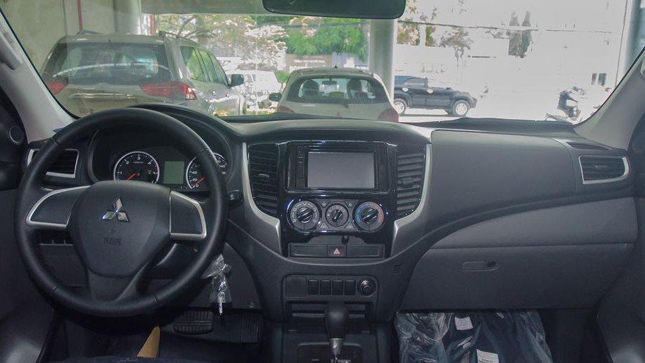 So sánh xe Nissan Navara và Mitsubishi Triton về nội thất: Triton vẫn dẫn trước 4