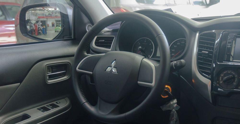 So sánh xe Nissan Navara và Mitsubishi Triton về tablo và vô-lăng 3
