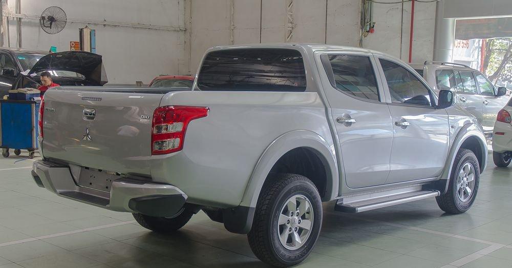 So sánh xe Nissan Navara và Mitsubishi Triton về đuôi xe 2