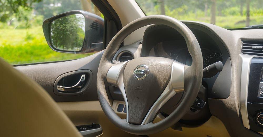 So sánh xe Nissan Navara và Mitsubishi Triton về tablo và vô-lăng.