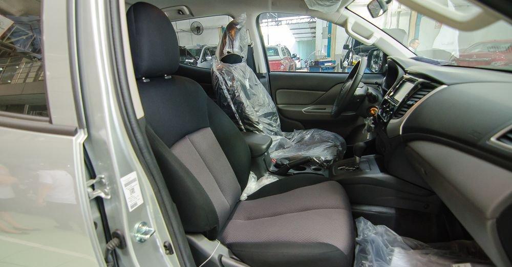 So sánh xe Nissan Navara và Mitsubishi Triton về ghế ngồi 4