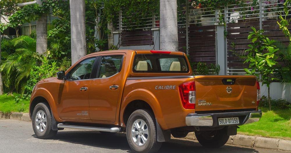 So sánh xe Nissan Navara và Mitsubishi Triton về đuôi xe.