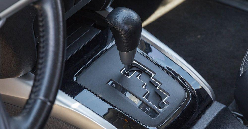 So sánh xe Nissan Navara và Mitsubishi Triton về hộp số: Mitsubishi Triton lắp đặt hộp số 5 cấp thông minh.