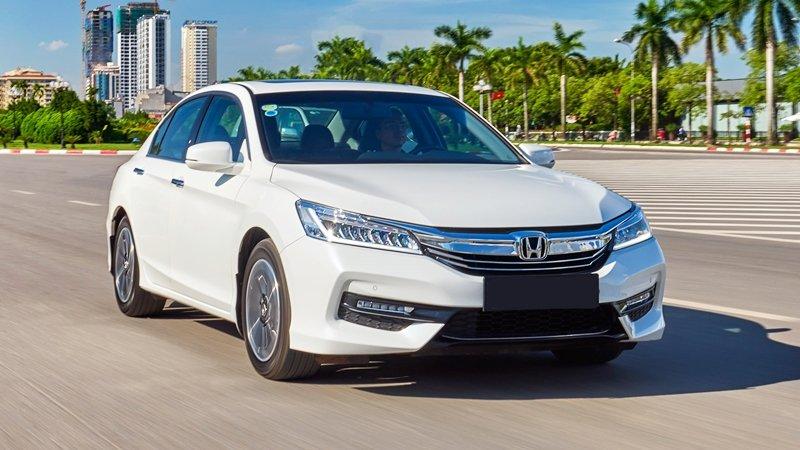 Honda Accord màu trắng chụp từ phía trước