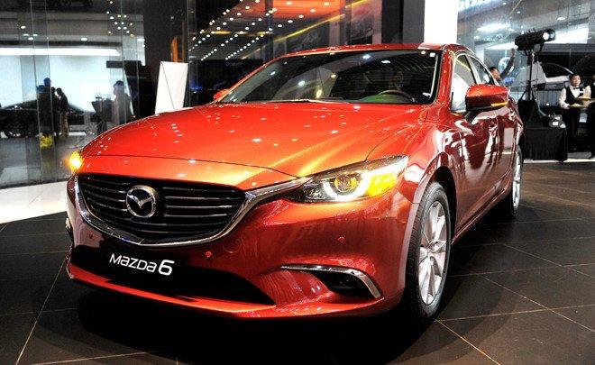 Mazda 6 màu cam chụp từ phía trước