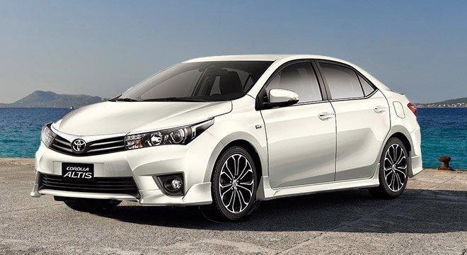 Toyota Corolla Altis màu trắng chụp từ bên sườn