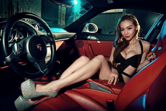 """Chân dài đọ độ """"hot"""" bên xe sang Porsche 911 Carrera 4S a11"""
