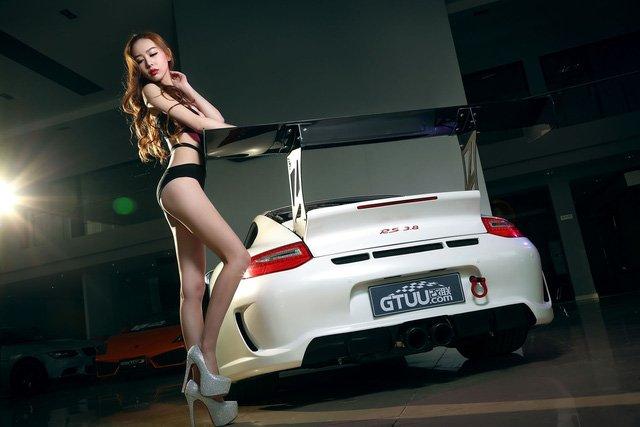 """Chân dài đọ độ """"hot"""" bên xe sang Porsche 911 Carrera 4S a3"""