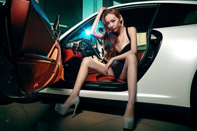 """Chân dài đọ độ """"hot"""" bên xe sang Porsche 911 Carrera 4S a14"""
