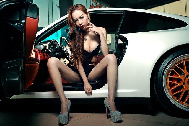 """Chân dài đọ độ """"hot"""" bên xe sang Porsche 911 Carrera 4S a12"""