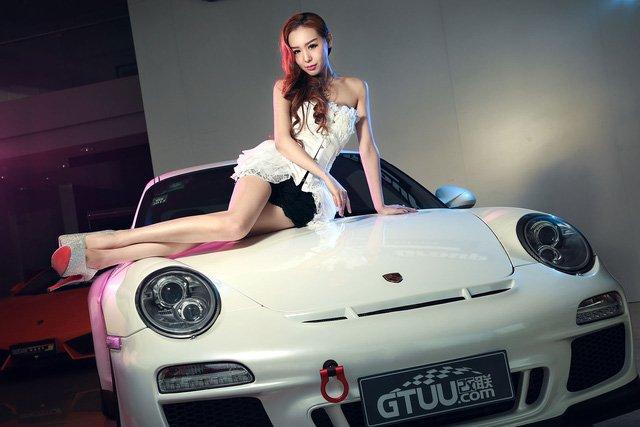 """Chân dài đọ độ """"hot"""" bên xe sang Porsche 911 Carrera 4S a5"""
