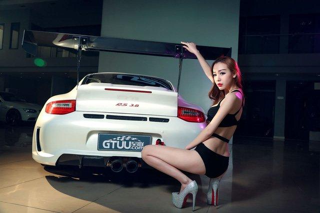 """Chân dài đọ độ """"hot"""" bên xe sang Porsche 911 Carrera 4S a7"""