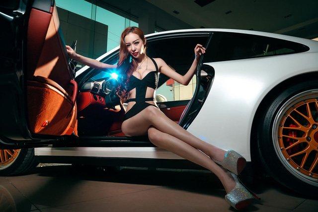 """Chân dài đọ độ """"hot"""" bên xe sang Porsche 911 Carrera 4S a13"""