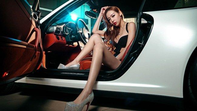 """Chân dài đọ độ """"hot"""" bên xe sang Porsche 911 Carrera 4S a2"""