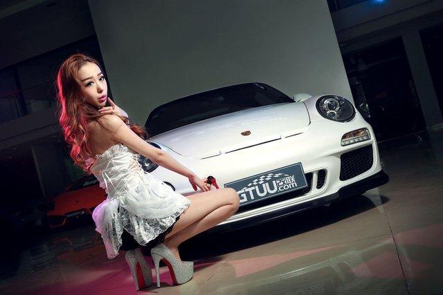 """Chân dài đọ độ """"hot"""" bên xe sang Porsche 911 Carrera 4S a1"""