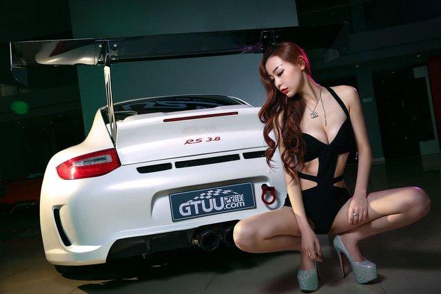 """Chân dài đọ độ """"hot"""" bên xe sang Porsche 911 Carrera 4S a8"""