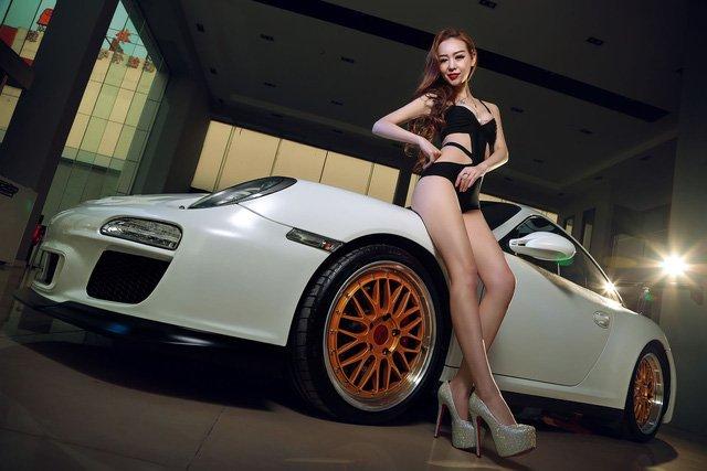 """Chân dài đọ độ """"hot"""" bên xe sang Porsche 911 Carrera 4S a101"""